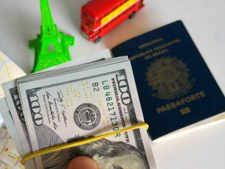Segundo os dados divulgados neta última segunda-feira, 26, os gastos de brasileiros em viagens ao exterior chegaram a US$ 2 bilhões durante o mês de janeiro deste ano. Esse foi o maior resultado desde janeiro de 2015, quando o índice chegou a US$ 2,2 bilhões. As receitas de estrangeiros no Brasil ficaram em US$ 779 milhões no mês passado. Com esses resultados, houve déficit na conta de viagens, de US$ 1,2 bilhão, em janeiro.