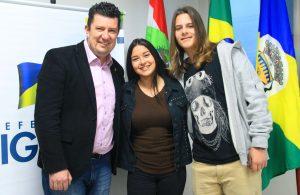 O prefeito Ramon Wollinger e os alunos classificados-Gazeta Comunitária